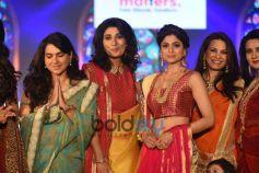 Shamita Shetty And Saiyami Kher Walk For Roopa Vohra