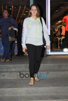 Hazel Keech Spotted At Bandra
