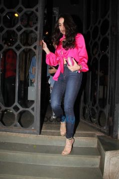 Sara Ali Khan With Friends Spotted At Korner House Bandra