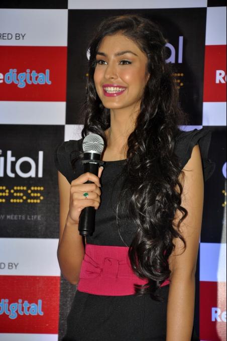 Navneet Kaur Dhillon visits Reliance Digital store