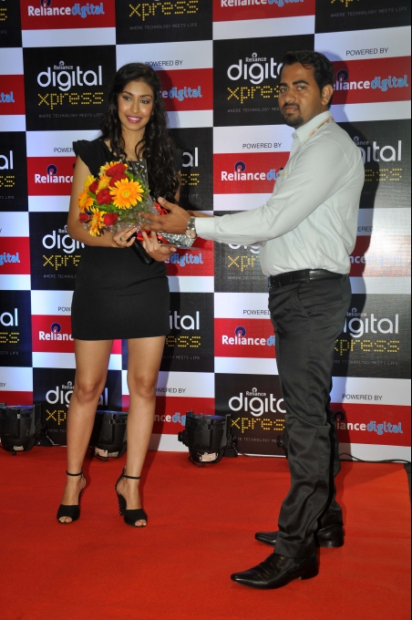 Navneet Kaur Dhillon visits Reliance Digital store