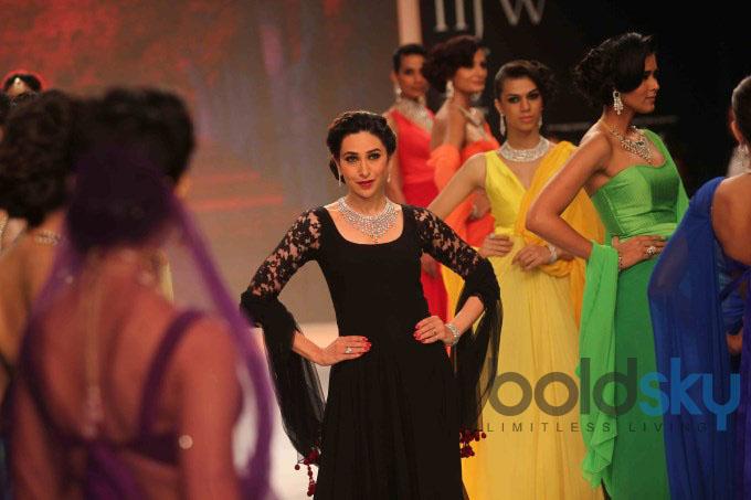 IIJW'13: Karisma Kapoor Walks For Kays Jewels