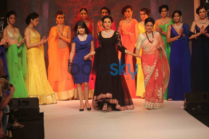 IIJW'13: Karisma Kapoor Walks For Kays Jewels