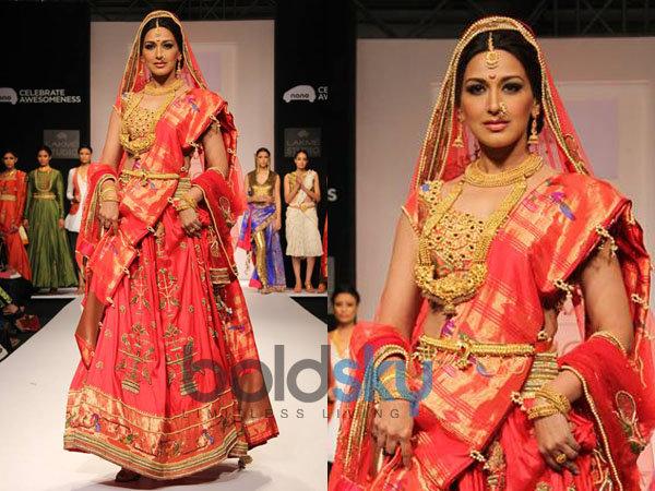 Sonali n Isha s Maratha Style At LFW 2013