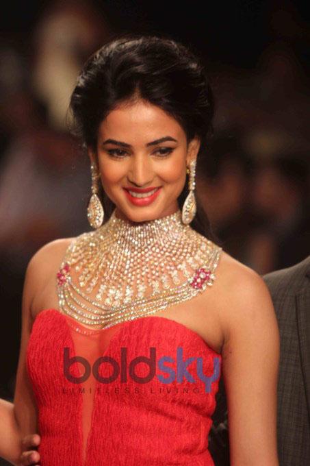 Day 4 IIJW 2013: Sonal Chauhan Glitters