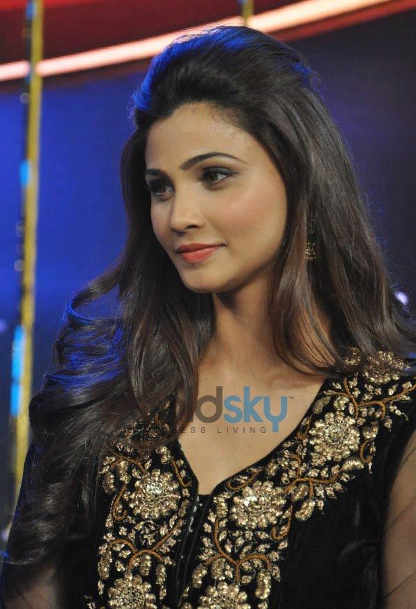 http://photos.boldsky.com/ph-big/2014/01/daisy-shah-during-jai-ho-film-promotion-dance-india-dance_138977674630.jpg