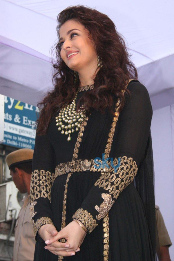 Aishwarya Rai stuns at Kalyan Jewellers inaugration
