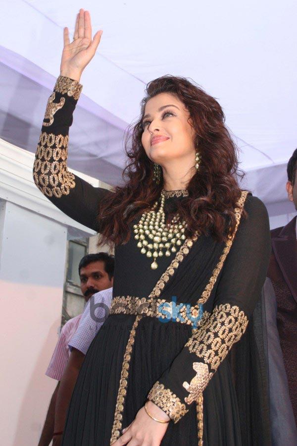 Aishwarya Rai stuns at Kalyan Jewellers inaugration