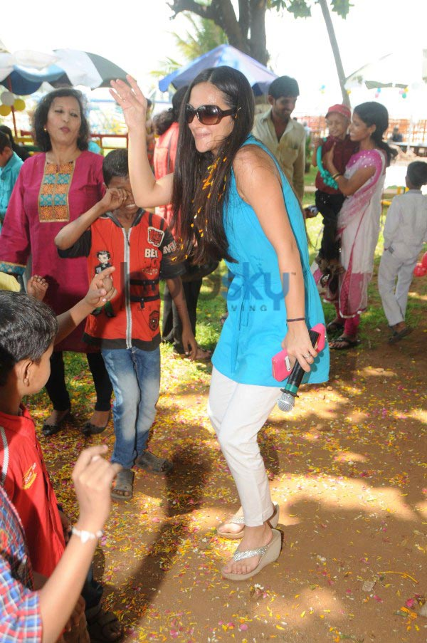 Tara Sharma Flower Petal's Holi at Breach Candy with Cancer Patient