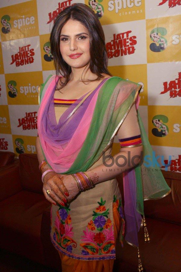 Zarine Khan stuns at p...