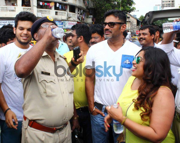Suneil Shetty gives water bottles to Mumbai Traffic Police