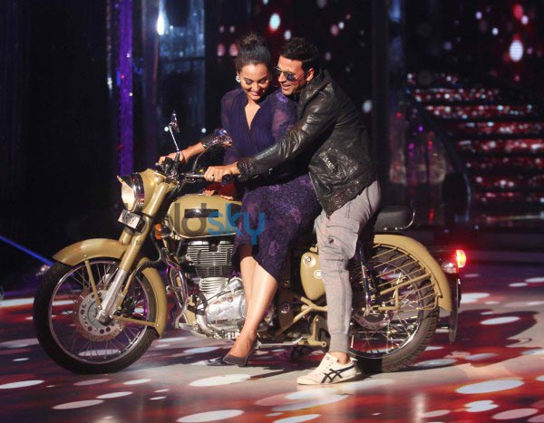 Akshay Kumar and Sonakshi Sinha at Jhalak Dikhla Jaa Season 7