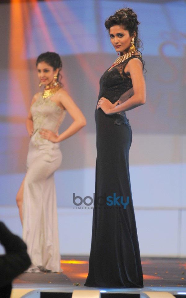 Aditi Rao Hydari And Zarine Khan Stun At Bullion Summit Fashion Show