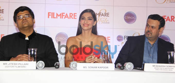 Gorgeous Sonam Kapoor In A Red Rosie Assoulin Dress At The Ciroc Filmfare Glamour And Style Awards P