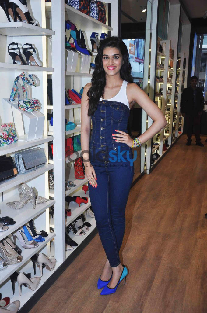 Kriti Sanon Launches Spring Summer 2015 Collection At ALDO Store In Phoenix Mall