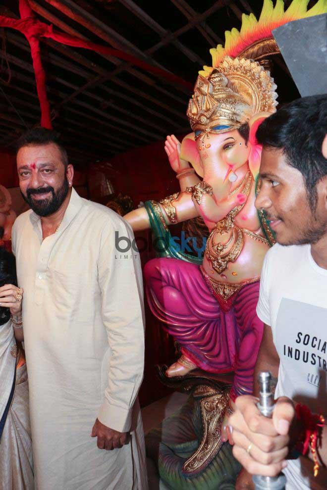 Sanjay Dutt Along With Manyata Dutt Performs Aarti At Jogeshwari
