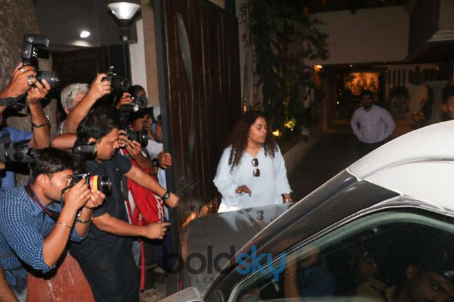 Celebs Meets Jhanvi Kapoor At Anil Kapoor House